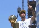 """Video: NBA čempionu """"Warriors"""" parāde pulcē ļaužu masas"""