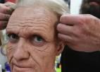 Video: Motokrosa zvaigzne pārtaisās par vecu vīru un šokē apkārtējos
