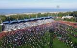 Foto: Olimpiskajā dienā Liepājā vingro 5000 skolēnu