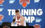 """Foto: Porziņģis figurē """"Knicks"""" mediju dienā"""
