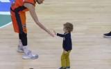 Video: Bērns ieņem laukumu ACB spēlē