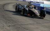 """Bijušais F1 testpilots izcīna pirmo """"Formula E"""" titulu karjerā"""