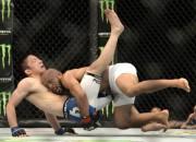 Demetrius Džonsons nosargā savu UFC čempiona titulu