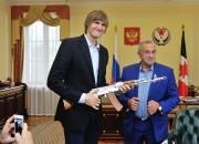 Kiriļenko saņem dāvanā Kalašņikova automāta maketu (+video)