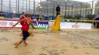 Batumi pludmales volejbols pārvēršas par akvabolu (+video)
