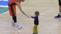 Bērns ieņem laukumu ACB spēlē