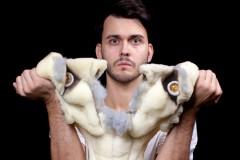 Video: Leļļu teātrī top luga pieaugušajiem - Raiņa ZELTA ZIRGS