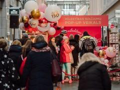 """Zīmols """"Laima"""" radījis pirmo pop-up veikalu Latvijā, kurā var norēķināties ar mīlestības solījumiem"""