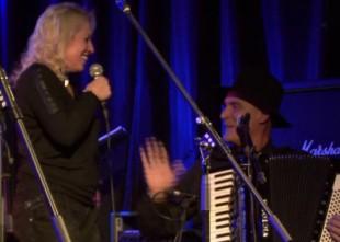 Video: Olga Rajecka un dziedošā Baumaņu ģimene prezentē slaveno Pasaule, pasaulīt horvātu gaumē