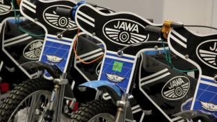 """Rīgas spīdveja skola saņem desmit jaunus motociklus """"Jawa"""""""