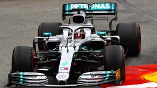 """""""Mercedes"""" piloti dominē otrajā treniņā, Verstapens cieš no atlūzām"""
