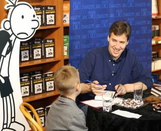 """Latviešu zēns Klāvs intervē slaveno """"Grega dienasgrāmatu"""" autoru Džefu Kinniju"""