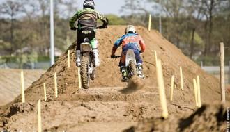 Foto: Jonass uzvar elektrisko motociklu motokrosā Beļģijā, finālā arī Šileika