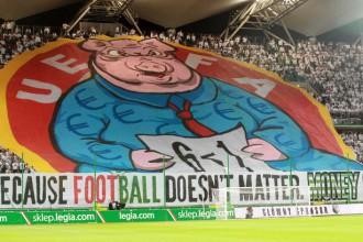 """UEFA sāk izmeklēšanu par izaicinošo plakātu """"Legia"""" spēlē"""