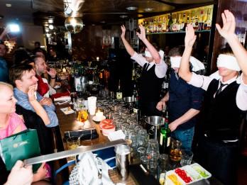 Rīgas labākie bārmeņi sacenšas kokteiļu jaukšanā ar aizsietām acīm