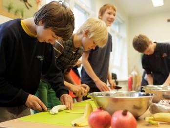 Rīgas Kultūru vidusskolas skolēni apgūst ēst gatavošanas iemaņas