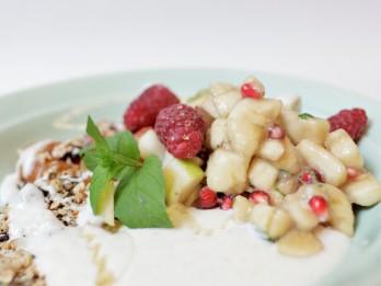 Piecu pārslu maisījums ar augļiem un jogurta mērci
