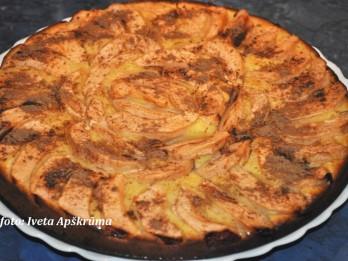 Ābolu pīrāgs brīvdienu galdam