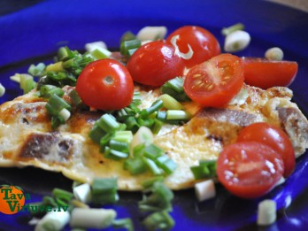 Omlete ar tunci un ķiršu tomātiņem