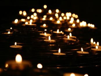 Sākusies sveču dedzināšanas sezona – aicina iedzīvotājus būt uzmanīgiem
