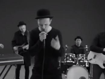 """Video: Grupai PRĀTA VĒTRA jaunums: """"Par to zēnu, kas sit skārda bungas"""""""