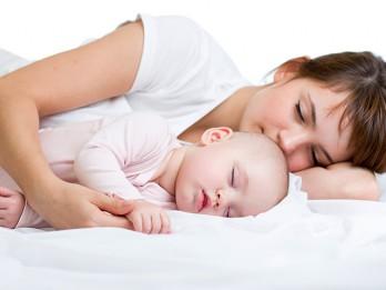 Vai ir droši vecākiem gulēt ar zīdaini vienā gultā?
