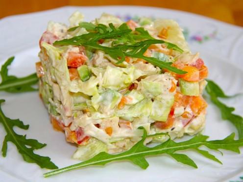 Vistas salāti ar tomātiem, avokado un papriku