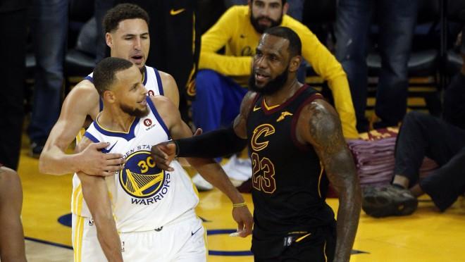 """Džeimsam 51 punkts, papildlaikā pie uzvaras tomēr tiek """"Warriors"""""""