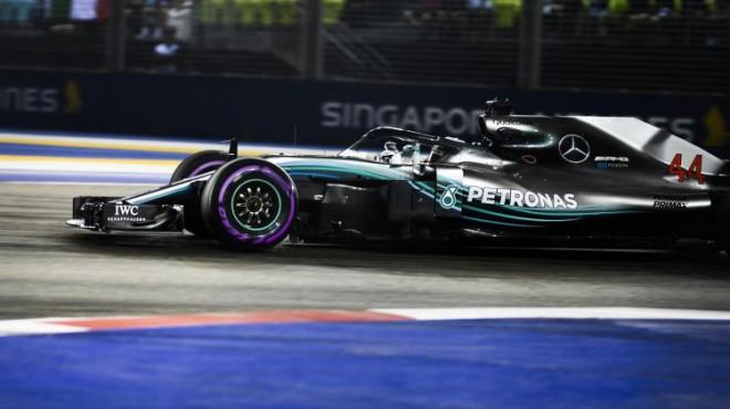 Hamiltons ar spīdošu lidojušo apli uzvar Singapūras GP kvalifikācijā