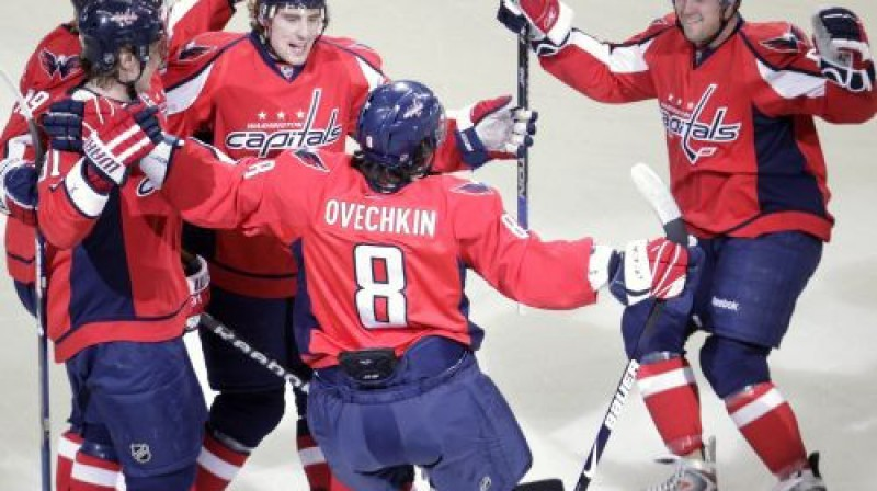Vašingtonas hokejisti priecājas par vārtu guvumu Foto: AP
