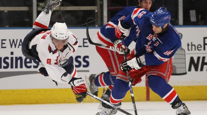 """Aleksandrs Ovečkins cīnās pret """"Rangers"""" spēlētājiem"""