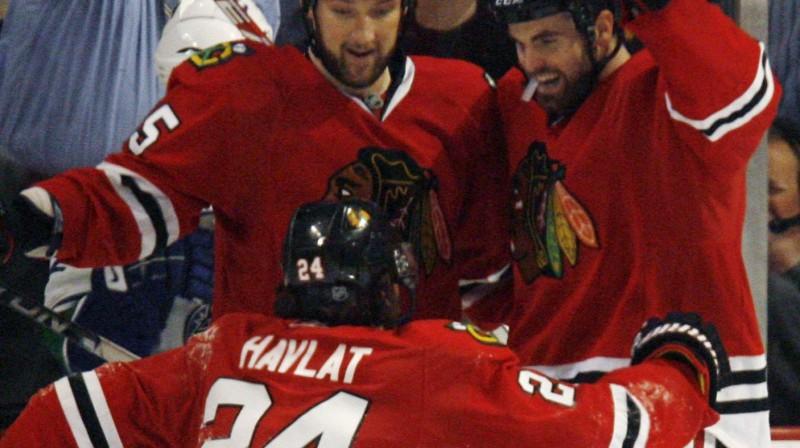 """Blackhawks"" hokejisti līksmo Foto: AFP"