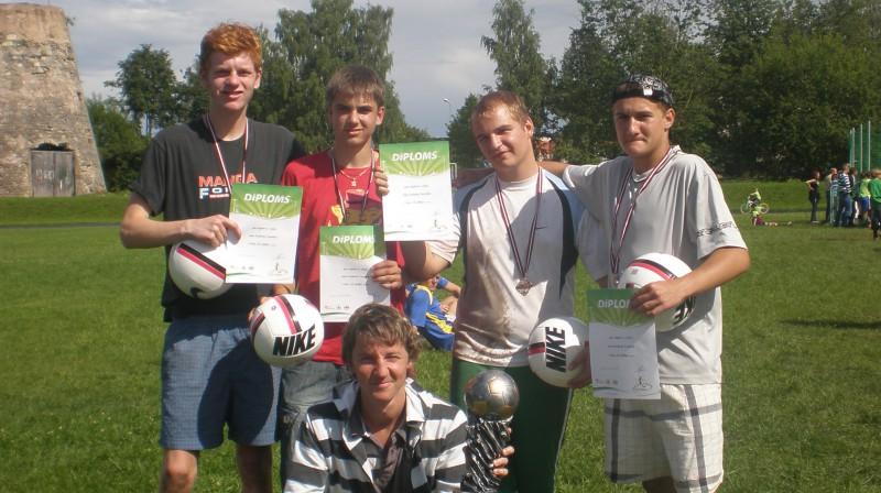 """Cēsu posma uzvarētāji """"Četri komā"""" Foto: www.ielufutbols.lv"""