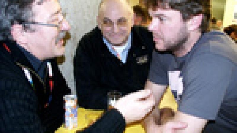 Rubrikas autors, draugs no Vācijas Tonijs Valdmans un Jožefs Štumpels pie alus kausa.