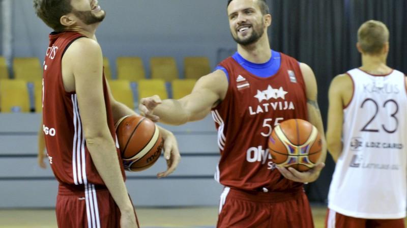 Dāvis Rozītis un Ričmonds Vilde  Foto: Romāns Kokšarovs, Sporta Avīze, f64