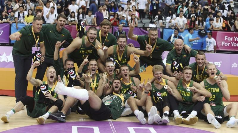Lietuvas studentu basketbola izlase ar universiādes zelta medaļām Foto: AP/Scanpix