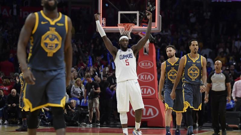 """""""Clippers"""" basketbolists Montrezls Harels (centrā) priecājas par uzvaru pār Goldensteitas """"Warriors"""". Foto: AP/Scanpix"""