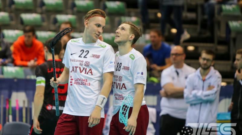 Pēteris Trekše un Rolands Kovaļevskis pirms nedēļas dalīja viens otram piespēles, tagad centīsies atņemt bumbiņu Foto: Ritvars Raits, Floorball.lv