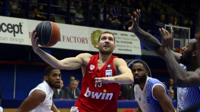"""Jānis Strēlnieks spēlē pret """"Holargos"""" guva 11 punktus un izdarīja astoņas piespēles. Foto: Olympiacos"""