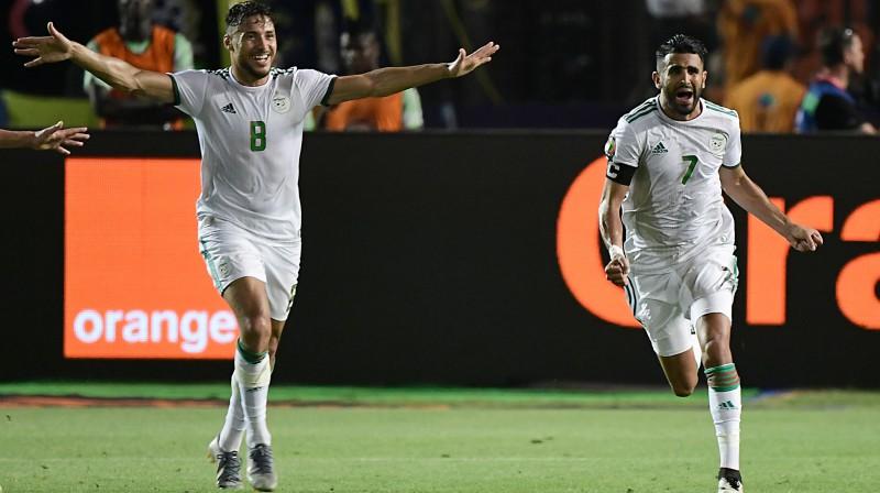 Alžīrijas futbola izlases uzbrucējs Rijāds Mahrezs (pa labi) svin uzvaras vārtu guvumu. Foto: Javier Soriano/AFP/Scanpix