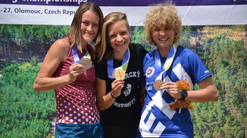 Līga Valdmane (pa kreisi) kopā ar citām vidējās distances medaļniecēm. Foto: Latvijas Orientēšanās federācija