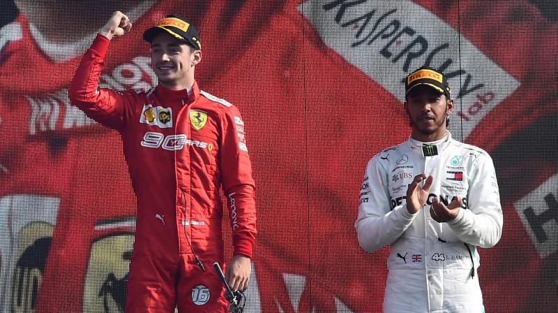 Lūiss Hamiltons aplaudē Moncas posma uzvarētājam Šarlam Leklēram. Foto: Reuters/Scanpix