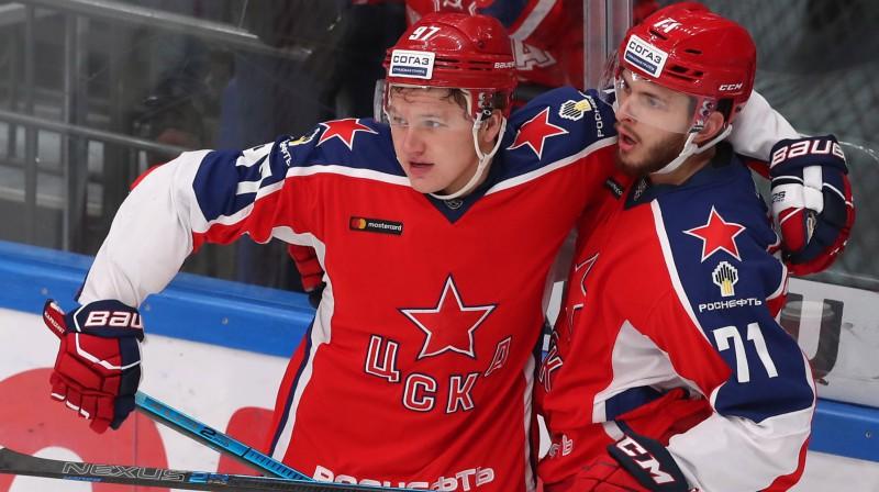 Maskavas CSKA spēlētājs Kirils Kaprizovs (pa kreisi) svin vārtu guvumu. Foto: Sergei Savostyanov/TASS/Scanpix