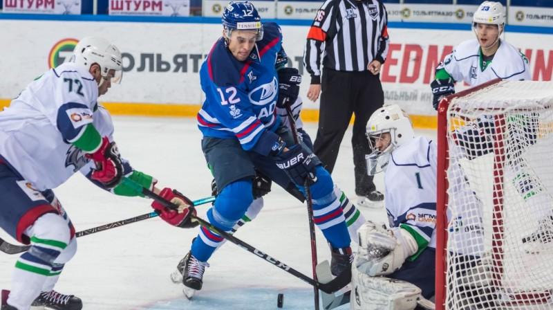 Artūrs Ozoliņš (Nr. 12) cīņā vārtu priekšā. Foto: vhlru.ru