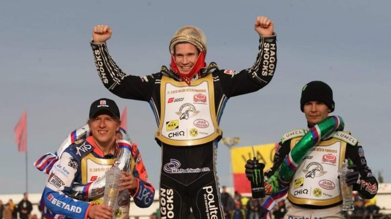 """Andžejs Ļebedevs (pa kreisi) uz """"Zlata Prilba"""" pjedestāla kopā ar 2017. gada pasaules čempionu Džeisonu Doilu un vicečempionu Patriku Dudeku."""