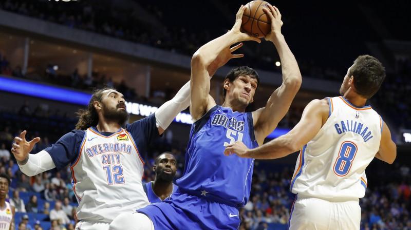 """Dalasas """"Mavericks"""" centrs Bobans Marjanovičs savāc atlēkušo bumbu spēlē pret Oklahomasitijas """"Thunder"""". Foto: USA TODAY Sports/Scanpix"""