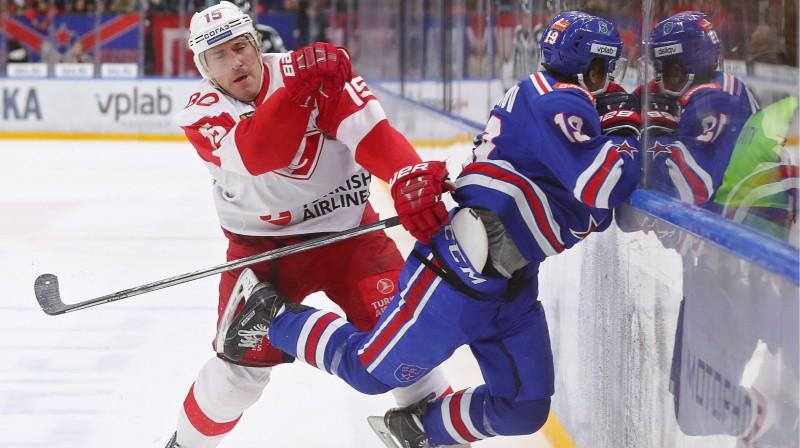 Mārtiņš Karsums ietriec pretinieku laukuma apmalē. Foto: Peter Kovalev/TASS/Scanpix