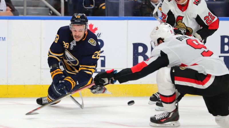 """Zemgus Girgensons spēlē pret Otavas """"Senators"""". Foto: USA Today Sports/Scanpix"""