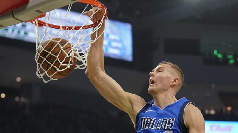 """Kristaps Porziņģis spēlē pret """"Milwaukee Bucks"""". Foto: Scanpix"""