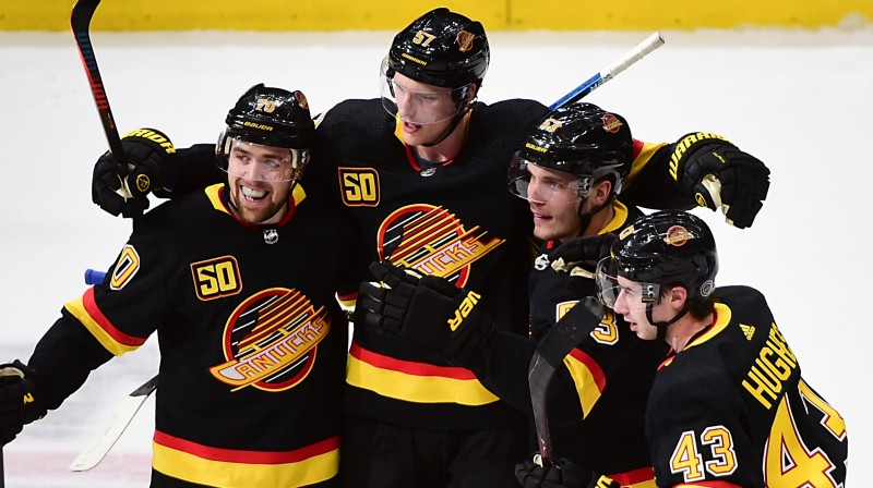 "Vankūveras ""Canucks"" hokejisti retro formastērpos. Foto: USA Today Sports/Scanpix"